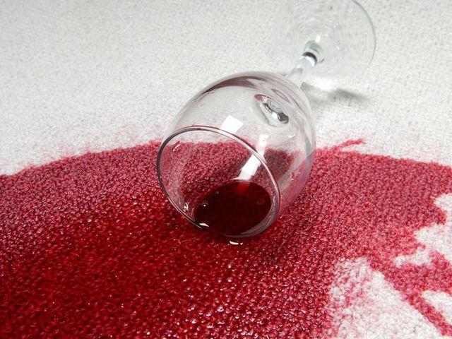 Як видалити плями від вина - фото 276392